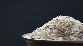 Mengsel van rijst in een vaas stock video