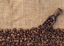 Mengsel van verschillende soorten koffiebonen met gietlepel Koffiebedelaars Royalty-vrije Stock Fotografie
