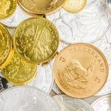 Mengsel van zilveren en gouden muntstukken Royalty-vrije Stock Foto's
