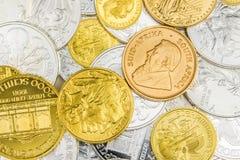 Mengsel van zilveren en gouden muntstukken Stock Foto's