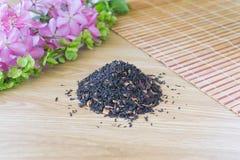 Mengsel van zwarte thee op een lijst met kleuren Stock Afbeelding