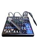 Mengt console met draadloze geïsoleerde microfoons Stock Afbeelding