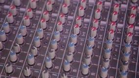 Mengt console ook geroepen audiomixer, is de correcte raad, die dek of mixer mengen een elektronisch apparaat stock video