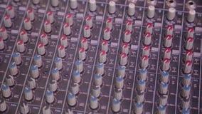 Mengt console ook geroepen audiomixer, is de correcte raad, die dek of mixer mengen een elektronisch apparaat stock footage