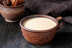 Mengt de chai latte traditionele hete Indische zoete melk gekruide drank van de Masalathee, gember, kruiden, kruiden organische i Royalty-vrije Stock Foto