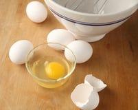 Eieren op scherpe raad stock afbeelding