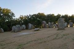 Menhires en un cromlech cerca de Evora en Portugal Fotos de archivo