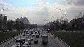 Menigte, autoverkeer, avond, het stadsleven, beweging van auto's in de stad stock video