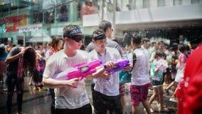 Menigte bespattend water in Songkran-festival royalty-vrije stock afbeeldingen