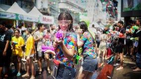 Menigte bespattend water in Songkran-festival stock foto