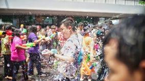 Menigte bespattend water in Songkran-festival stock afbeeldingen