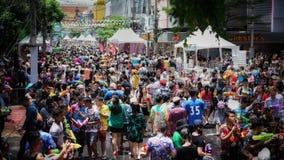 Menigte bespattend water in Songkran-festival royalty-vrije stock foto's