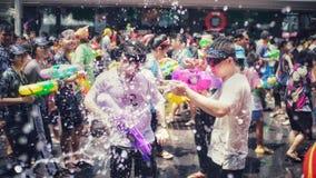 Menigte bespattend water in Songkran-festival royalty-vrije stock foto