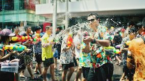 Menigte bespattend water in Songkran-festival stock foto's
