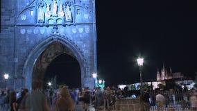 Menigte bij de Oude tijdspanne van de de Torentijd van de Stadsbrug, Praag stock videobeelden