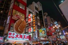 Menigte bij Dotonbori-straat met gloeiend neonlicht in Osaka, Japan wordt gevuld dat royalty-vrije stock afbeelding