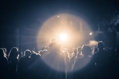 Menigte bij een overleg in een uitstekend licht Stock Foto