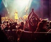 menigte bij overleg - het festival van de de zomermuziek royalty-vrije stock fotografie