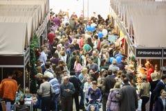 Menigte bij zesde gastronomische Kerstmis van festivalfoodshow Royalty-vrije Stock Foto