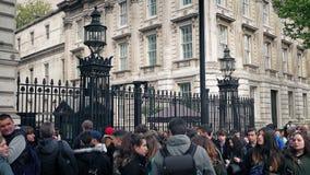 Menigte buiten Nr 10 Downing Street stock videobeelden