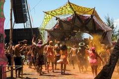 Menigte die bij Elektronisch Muziekfestival dansen in Bahia, Brazilië Stock Afbeelding