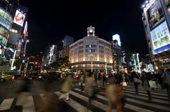 Menigte die bij Ginza straat bij nacht loopt, Tokyo Royalty-vrije Stock Fotografie