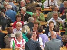 Menigte die bij het festival van het abrikozengewas in Poysdorf eten Royalty-vrije Stock Foto