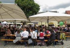 Menigte die bij het festival van het abrikozengewas in Poysdorf eten stock fotografie