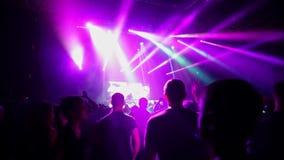 Menigte die bij muziekoverleg dansen stock videobeelden