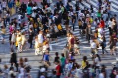 Menigte die de straat kruist Stock Foto