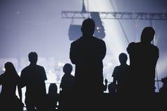 Menigte die, die en op een band op stadium toejuichen letten Stock Foto's