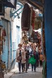 Menigte die door Medina in Tunis, Tunesië overgaan stock foto