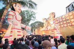 Menigte die Durga Puja-van festival genieten in Kolkata, West-Bengalen, India Stock Afbeeldingen
