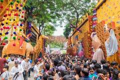 Menigte die Durga Puja-van festival genieten in Kolkata, West-Bengalen, India Royalty-vrije Stock Foto's