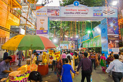 Menigte die Durga Puja-van festival genieten in Kolkata, West-Bengalen, India Royalty-vrije Stock Fotografie