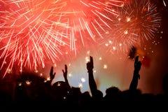 Menigte die het Nieuwjaar met vuurwerk vieren Stock Foto