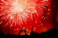 Menigte die het Nieuwjaar met vuurwerk vieren stock afbeelding