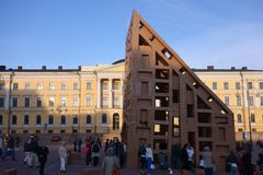 Menigte die kartonwolkenkrabbers construeren bij de Nacht van Kunstenfestival in Helsinki, Finland Royalty-vrije Stock Foto's