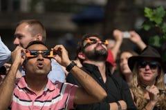 Menigte die omhoog de verduistering van 2017 in de Stad van New York bekijken Stock Foto