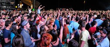 Menigte die op een overleg letten bij San Miguel Primavera Sound Festival