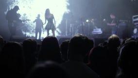 Menigte die partij maken bij een rotsoverleg De handen houden camera's met digitale vertoningen onder mensen bij de sexy vrouw va stock video