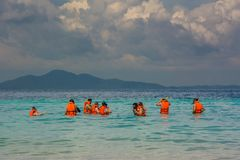 Menigte die in reddingsvest in Thailand snorkelen royalty-vrije stock fotografie