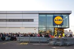Menigte die in rij op de grote openingsceremonie van de 1st Lidl-supermarkt in Servië wachten Lidl is een Duitse supermarktkettin stock fotografie