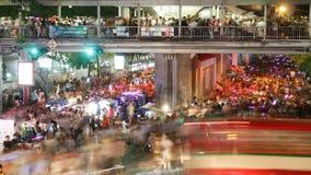 Menigte die in stad, bezig verkeer aan metro, tijdtijdspanne bij nacht lopen stock footage