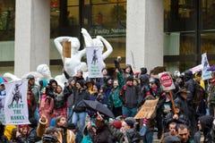 Menigte die tegen Banken in Portland Van de binnenstad protesteren Stock Foto