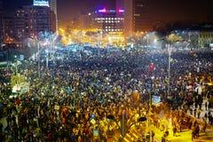 Menigte die tegen corruptie, Boekarest, Roemenië protesteren stock foto's