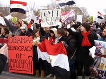 Menigte die tegen Hosni Mubarak protesteert Stock Fotografie