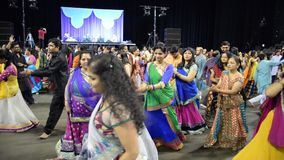 Menigte die van het zingen van garbakoning van Gujarat genieten, Atul purohit in Chicago stock footage