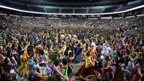 Menigte die van het zingen van garbakoning van Gujarat genieten, Atul purohit in Chicago stock video