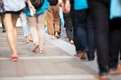 Menigte die zich bij het lopen door beervoeten op voetpad met rugzak achter hun rug bewegen Royalty-vrije Stock Foto's
